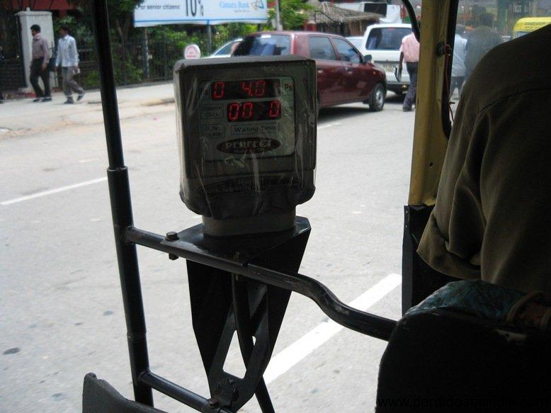 Um medidor digital no auto-rickshaw