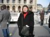 Foto da Carol na frente da Ópera de Paris