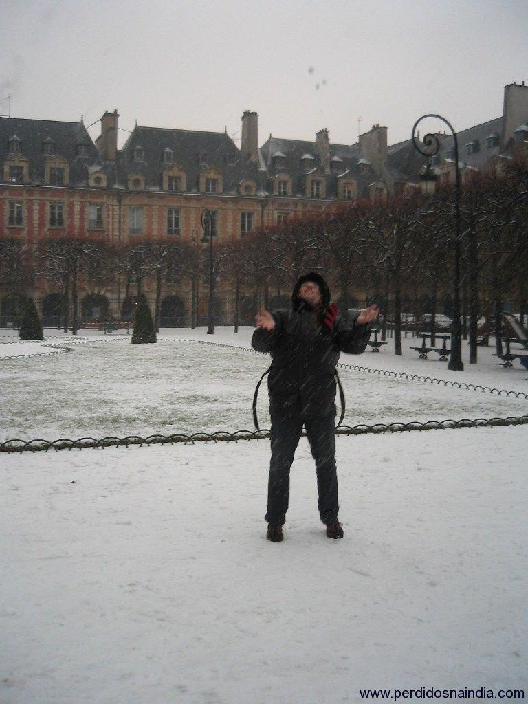 Um doido jogando neve pra cima
