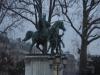 Um cavaleiro e cavalo congelados de frio