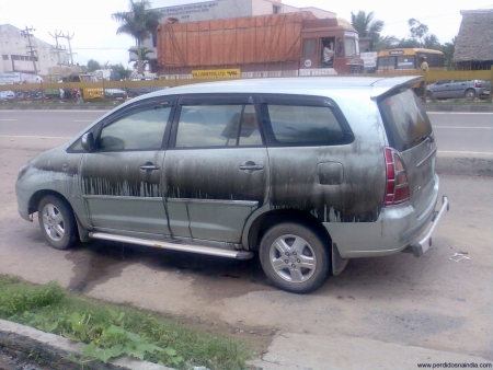 Além do carro boiar em água de esgoto, o espertão deixou ele no sol pro cheiro ficar melhor.