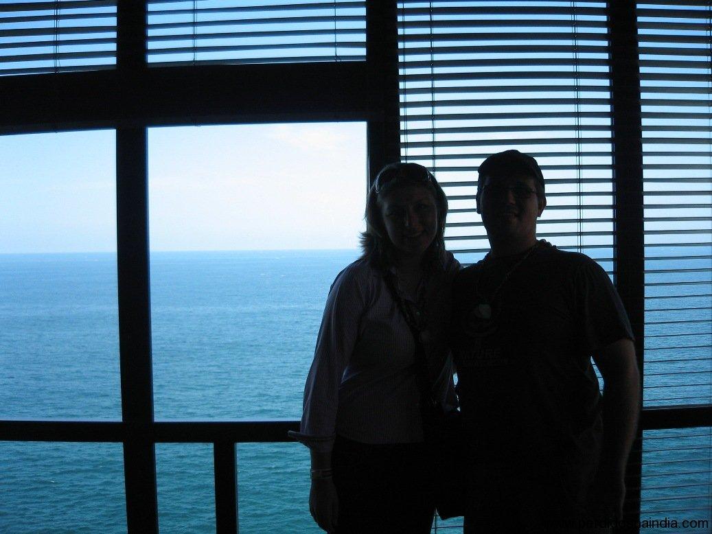 Eu e a Carol... com o mar atrás