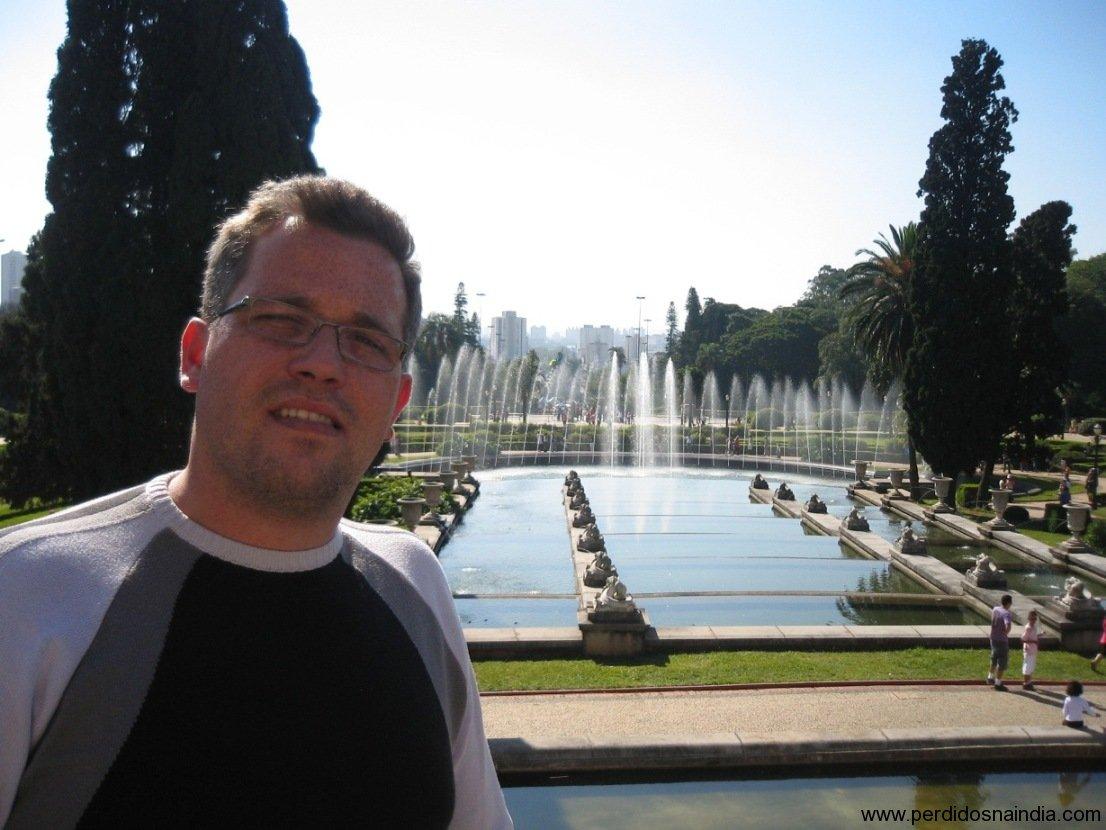 Eu na frente do jardim do Museu do Ipiranga