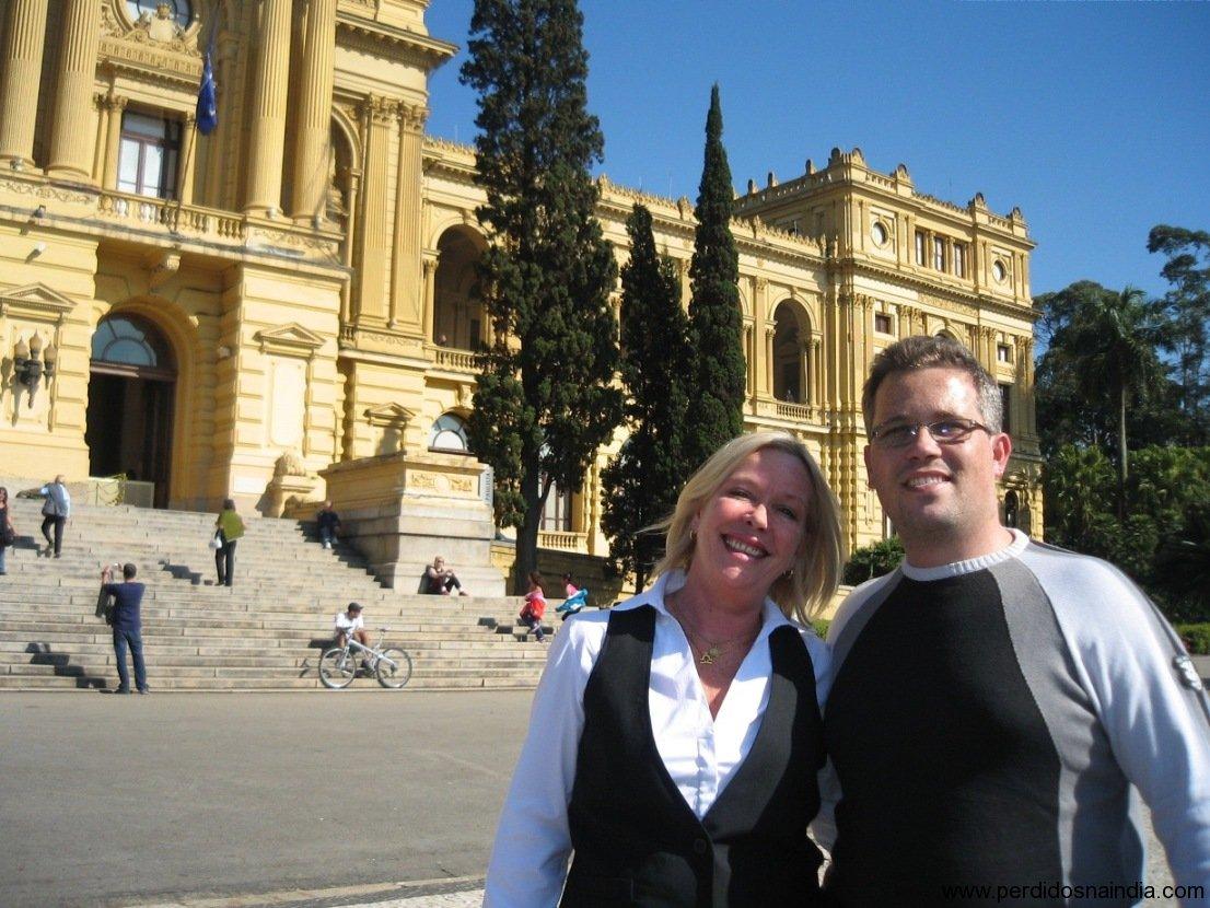 Eu e minha mãe na frente do Museu do Ipiranga