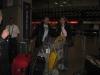 Eu e a Carol com as malas, com o fundo da Emirates!